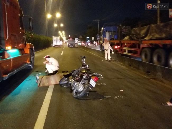 Chạy xe máy vào làn đường ô tô, 2 sinh viên bị cán thương vong - Ảnh 2.