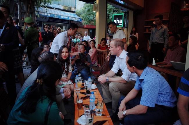 Hoàng tử Anh William ngồi vỉa hè uống cà phê phố cổ Hà Nội với Hồng Nhung, Thanh Bùi, Xuân Bắc - Ảnh 5.