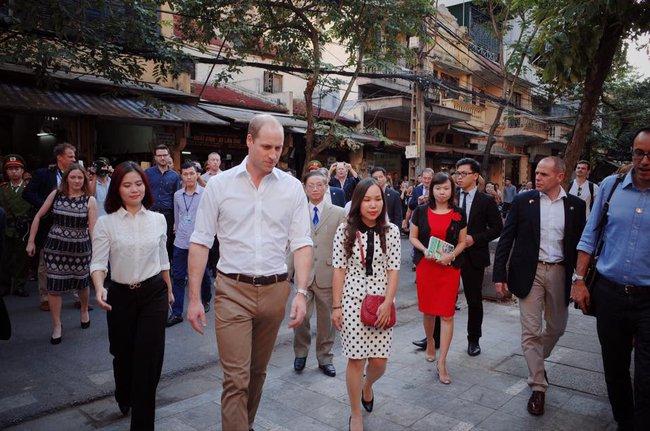 Hoàng tử Anh William ngồi vỉa hè uống cà phê phố cổ Hà Nội với Hồng Nhung, Thanh Bùi, Xuân Bắc - Ảnh 1.