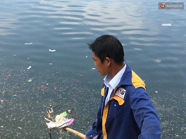 Hà Nội: Bao cao su nổi kín mặt hồ Linh Đàm - Ảnh 6.