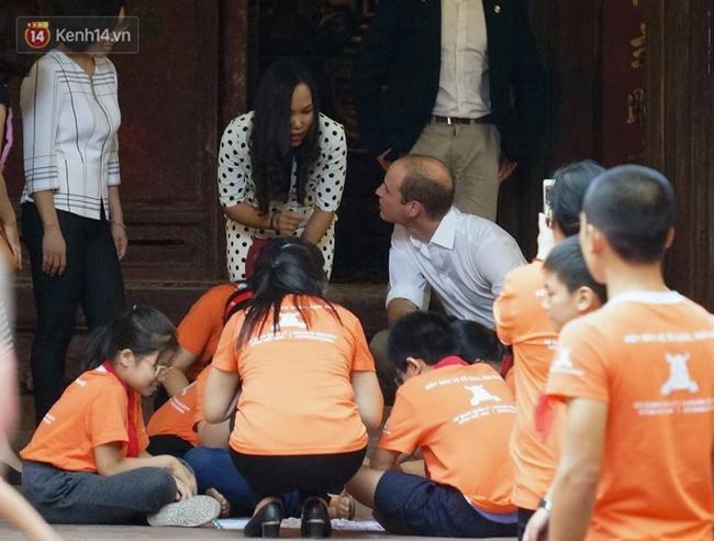 Hoàng tử Anh William ngồi vỉa hè uống cà phê phố cổ Hà Nội với Hồng Nhung, Thanh Bùi, Xuân Bắc - Ảnh 4.