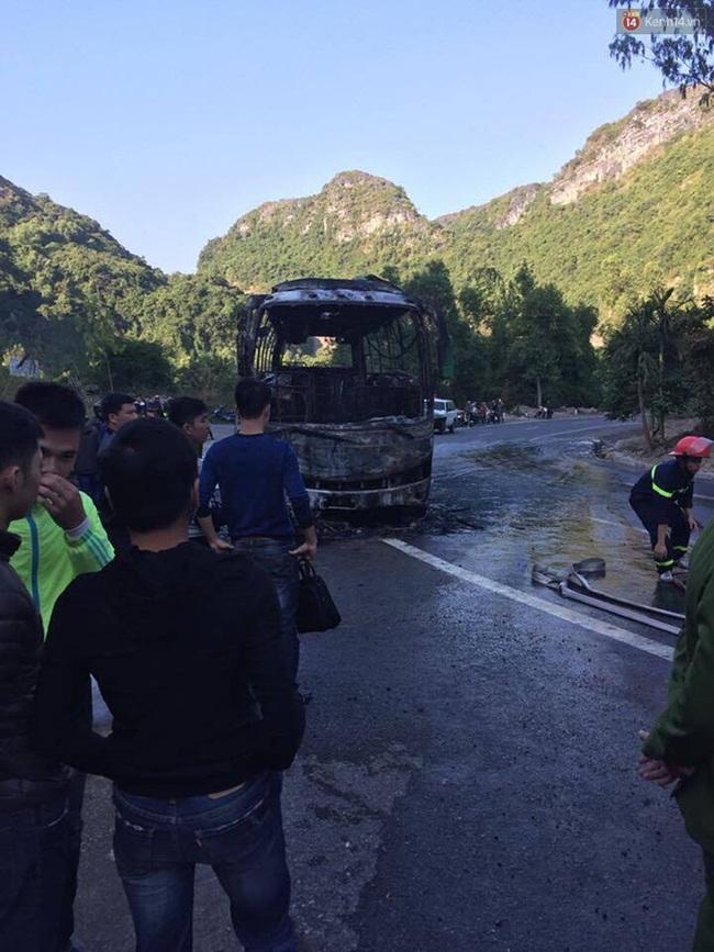 Cháy xe dữ dội gần đảo Cát Bà sau va chạm giữa xe máy và ô tô, 2 người Hàn Quốc thương vong - Ảnh 2.