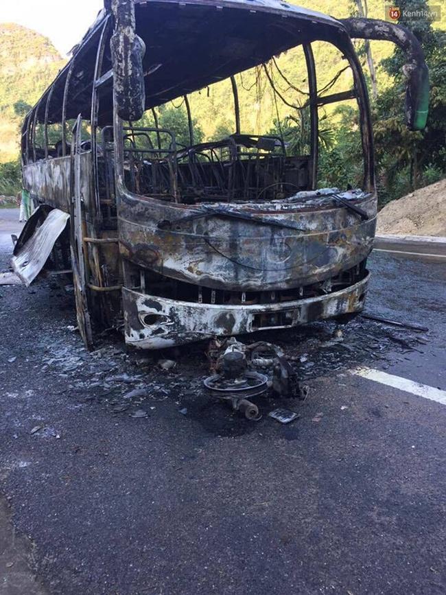 Cháy xe dữ dội gần đảo Cát Bà sau va chạm giữa xe máy và ô tô, 2 người Hàn Quốc thương vong - Ảnh 3.