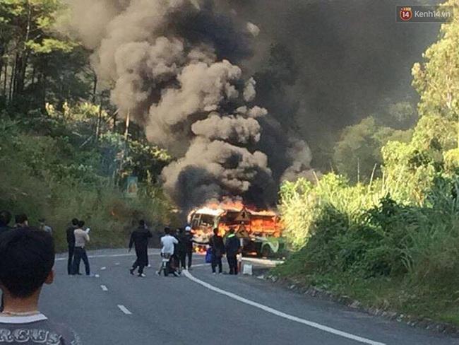 Cháy xe dữ dội gần đảo Cát Bà sau va chạm giữa xe máy và ô tô, 2 người Hàn Quốc thương vong - Ảnh 1.