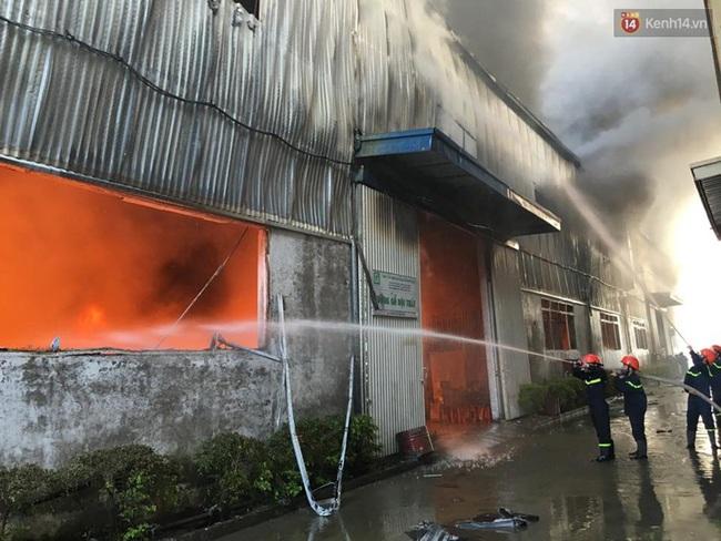 Nhiều người nghi vụ cháy ở KCN Ngọc Hồi do nhóm thợ hàn ống hút khói - ảnh 3
