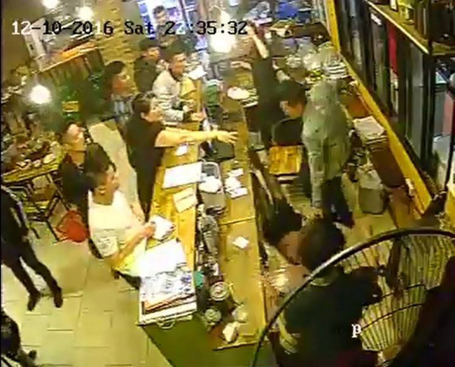 Hà Nội: Gần 40 thanh niên quỵt tiền quán nướng, đánh nữ nhân viên thu ngân - Ảnh 2.