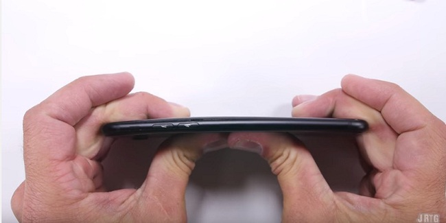 Vừa mua iPhone 7, đã có người lôi ra cào cấu bẻ vặn để thử độ bền - Ảnh 8.