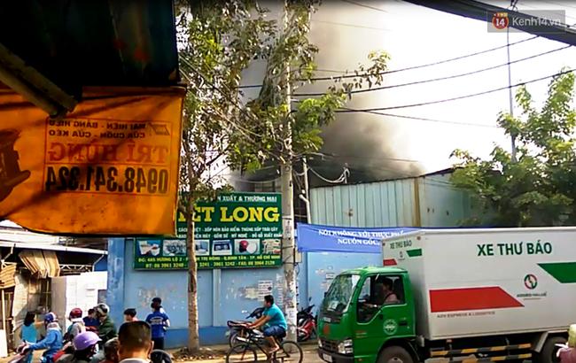 Cháy lớn bên trong công ty chuyên sản xuất mút xốp ở Sài Gòn, khói đen bốc nghi ngút - Ảnh 3.
