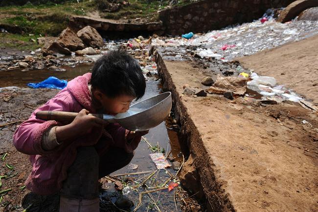 Rùng mình trước hình ảnh những dòng sông đầy rác thải và xác cá chết - Ảnh 2.