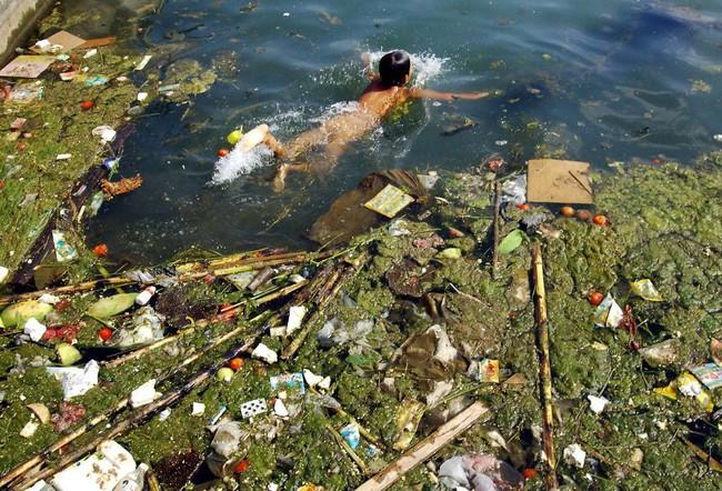 Rùng mình trước hình ảnh những dòng sông đầy rác thải và xác cá chết - Ảnh 12.