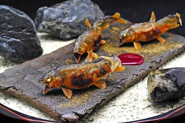 """""""Lác mắt"""" với kĩ thuật chế biến cá ăn được từ vẩy đến xương của đầu bếp 3 sao Michelin người Nhật - Ảnh 6."""