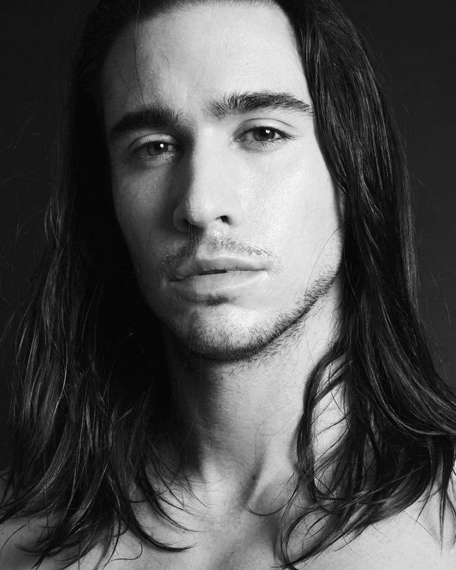 Ai bảo con trai thì không được để tóc dài? Vẫn quyến rũ và nam tính thế này mà! - Ảnh 12.