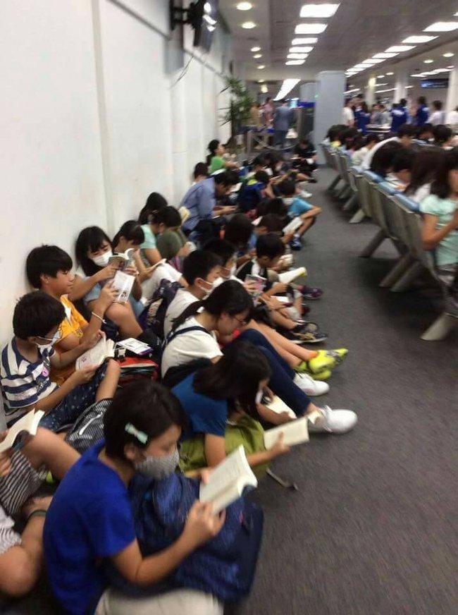 Thay vì cắm mặt vào smartphone, trẻ em Nhật lại chăm chú đọc sách khi đợi chờ ở sân bay - Ảnh 4.