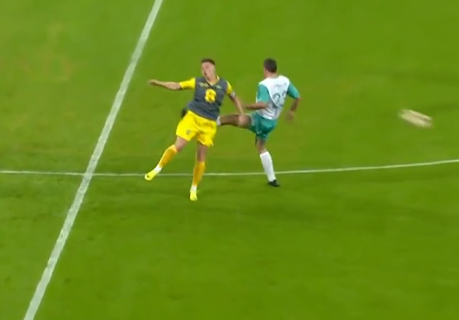 Jamie Carragher cố tình đá vào mông Weller.