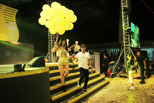 Đông Nhi sung hết cỡ cùng hàng nghìn fan trong đêm mở màn tour liveshow xuyên Việt - Ảnh 5.