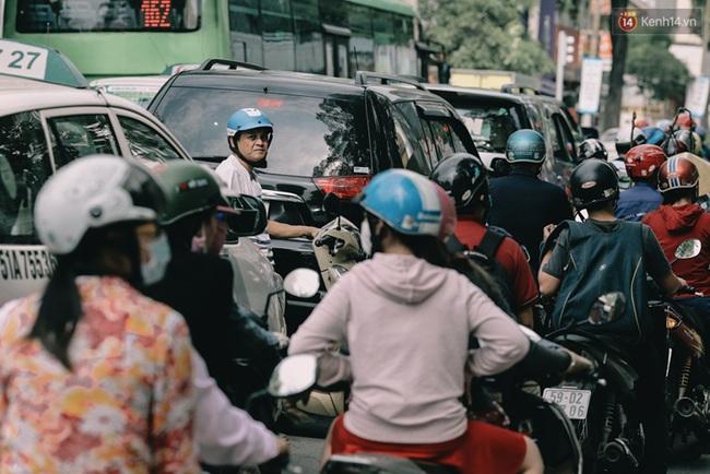 Phát điên, ngộp thở vì cảnh giờ nào cũng kẹt xe, chỗ nào cũng kẹt xe ở Sài Gòn - Ảnh 1.