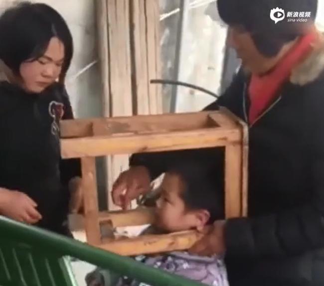 Trung Quốc: Bé trai nghịch ngợm kẹt đầu vào ghế gỗ, người lớn đứng bên cạnh cười sằng sặc - Ảnh 4.