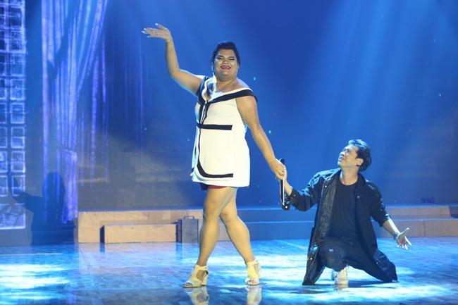 Happy Polla bất ngờ ca múa, diễn hài trên sân khấu Cười xuyên Việt - Ảnh 2.