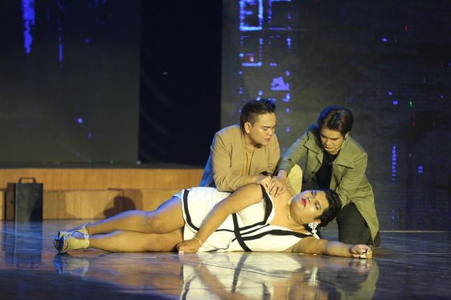 Happy Polla bất ngờ ca múa, diễn hài trên sân khấu Cười xuyên Việt - Ảnh 4.