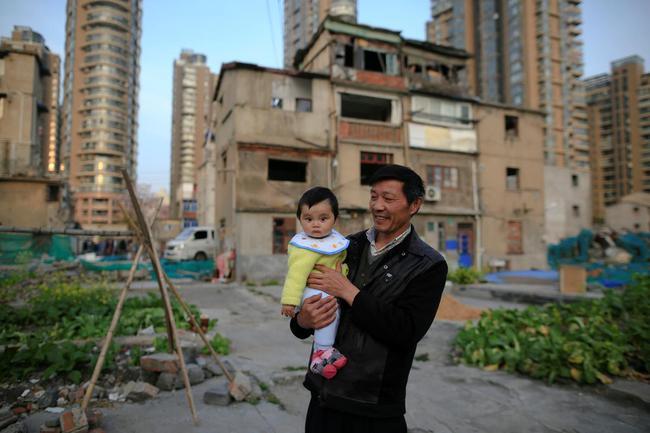 Chùm ảnh: Cuộc sống nghèo khổ phía sau những tòa nhà chọc trời và cuộc sống xa hoa ở Thượng Hải - Ảnh 8.