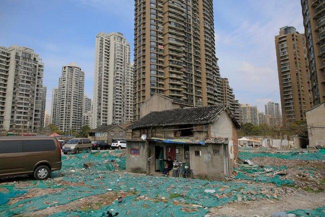 Chùm ảnh: Cuộc sống nghèo khổ phía sau những tòa nhà chọc trời và cuộc sống xa hoa ở Thượng Hải - Ảnh 5.