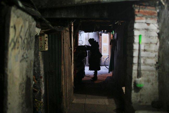 Chùm ảnh: Cuộc sống nghèo khổ phía sau những tòa nhà chọc trời và cuộc sống xa hoa ở Thượng Hải - Ảnh 9.