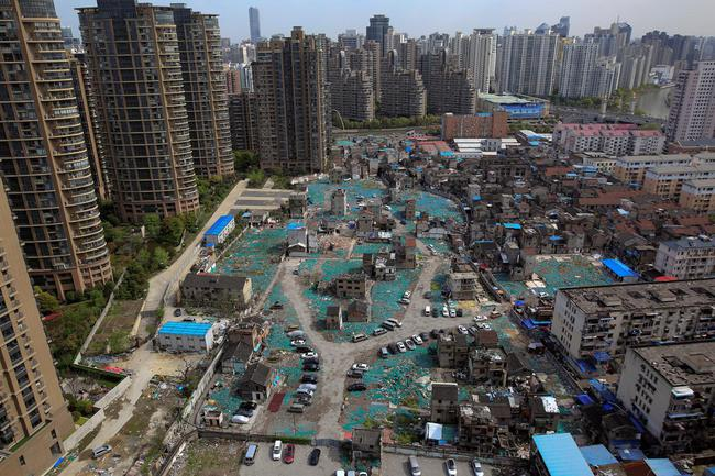 Chùm ảnh: Cuộc sống nghèo khổ phía sau những tòa nhà chọc trời và cuộc sống xa hoa ở Thượng Hải - Ảnh 2.