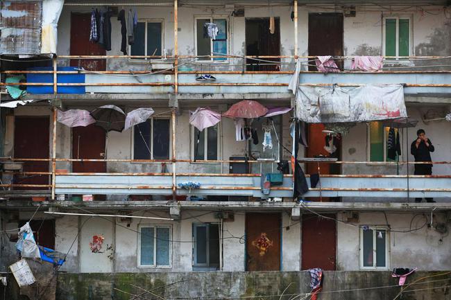 Chùm ảnh: Cuộc sống nghèo khổ phía sau những tòa nhà chọc trời và cuộc sống xa hoa ở Thượng Hải - Ảnh 4.