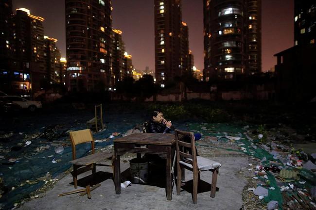 Chùm ảnh: Cuộc sống nghèo khổ phía sau những tòa nhà chọc trời và cuộc sống xa hoa ở Thượng Hải - Ảnh 1.