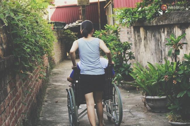 Câu chuyện về người chị 6 năm làm đôi chân đưa em trai đi khắp muôn nơi - Ảnh 9.