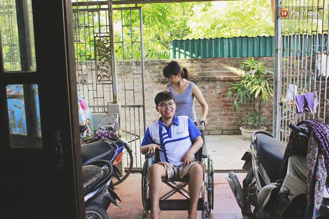 Câu chuyện về người chị 6 năm làm đôi chân đưa em trai đi khắp muôn nơi - Ảnh 5.