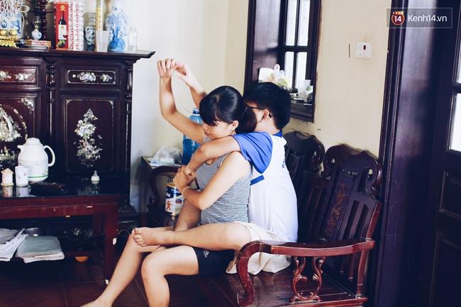 Câu chuyện về người chị 6 năm làm đôi chân đưa em trai đi khắp muôn nơi - Ảnh 3.