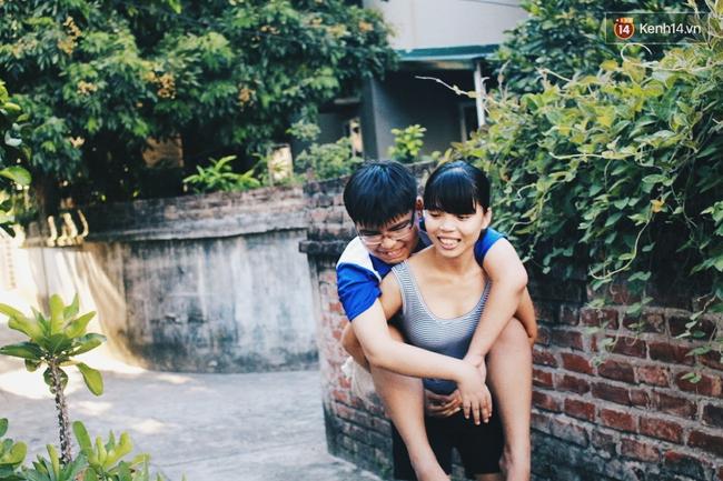 Câu chuyện về người chị 6 năm làm đôi chân đưa em trai đi khắp muôn nơi - Ảnh 2.