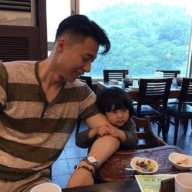Loạt ảnh siêu cấp đáng yêu của ông bố điển trai cao 1m92 và cô con gái tí hon - Ảnh 23.
