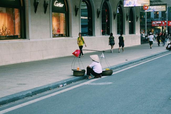 Phố đi bộ Hà Nội sau 3 tuần thí điểm: Yên bình nhưng... buồn tẻ vì thiếu điểm vui chơi giải trí! - Ảnh 14.