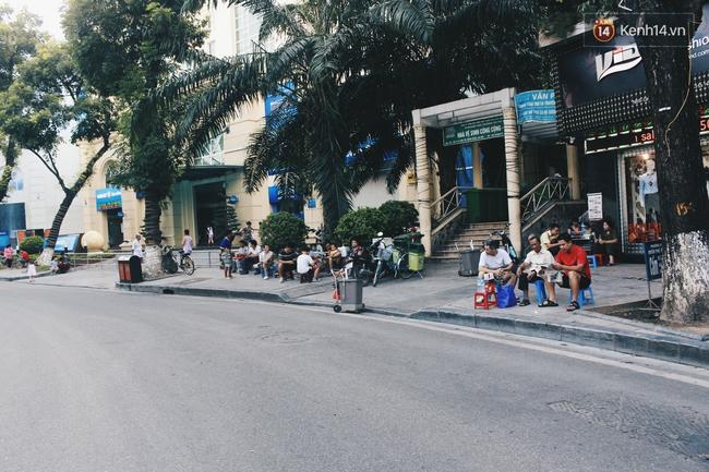 Phố đi bộ Hà Nội sau 3 tuần thí điểm: Yên bình nhưng... buồn tẻ vì thiếu điểm vui chơi giải trí! - Ảnh 13.