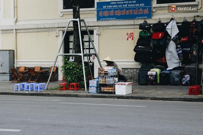 Phố đi bộ Hà Nội sau 3 tuần thí điểm: Yên bình nhưng... buồn tẻ vì thiếu điểm vui chơi giải trí! - Ảnh 11.