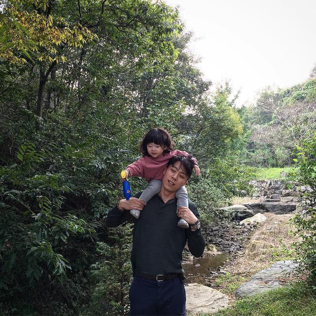 Loạt ảnh siêu cấp đáng yêu của ông bố điển trai cao 1m92 và cô con gái tí hon - Ảnh 30.