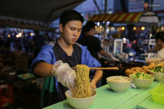 Mì bay - chứ không phải là Mì cay nhé - mới là món ăn hot nhất Sài Gòn bây giờ - Ảnh 12.