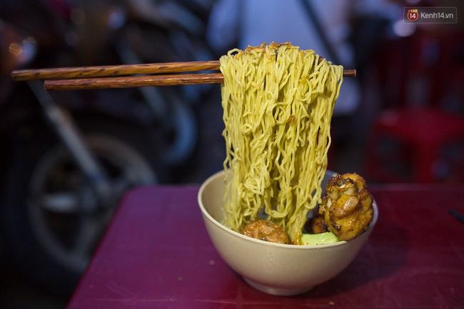 Mì bay - chứ không phải là Mì cay nhé - mới là món ăn hot nhất Sài Gòn bây giờ - Ảnh 10.