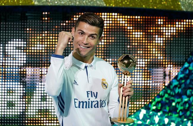 Ronaldo xua tay đuổi phóng viên để có những bức ảnh hoàn hảo nhất - Ảnh 2.