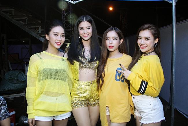 Đông Nhi sung hết cỡ cùng hàng nghìn fan trong đêm mở màn tour liveshow xuyên Việt - Ảnh 21.