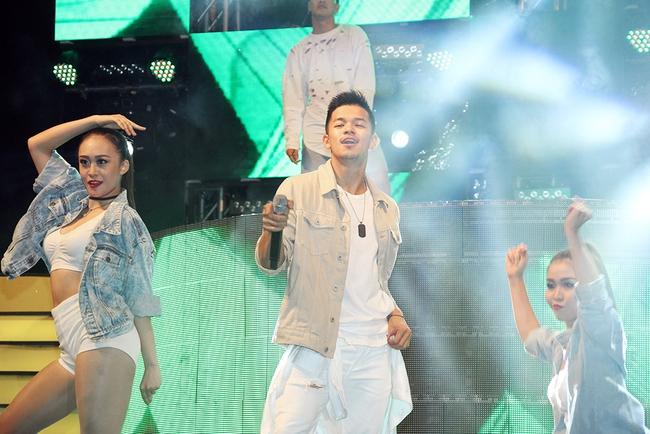 Đông Nhi sung hết cỡ cùng hàng nghìn fan trong đêm mở màn tour liveshow xuyên Việt - Ảnh 11.