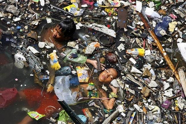 Rùng mình trước hình ảnh những dòng sông đầy rác thải và xác cá chết - Ảnh 15.