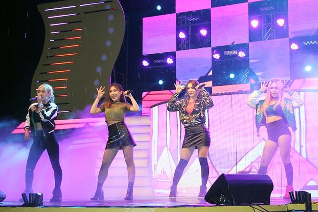 Đông Nhi sung hết cỡ cùng hàng nghìn fan trong đêm mở màn tour liveshow xuyên Việt - Ảnh 15.