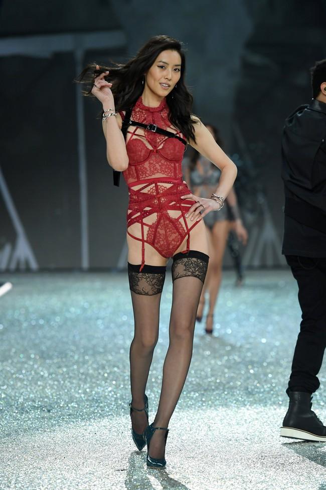 Chiêm ngưỡng loạt hình ảnh nóng bỏng tay trong Victorias Secret Fashion Show 2016! - Ảnh 25.