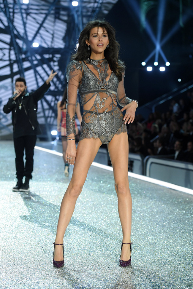 Chiêm ngưỡng loạt hình ảnh nóng bỏng tay trong Victorias Secret Fashion Show 2016! - Ảnh 27.