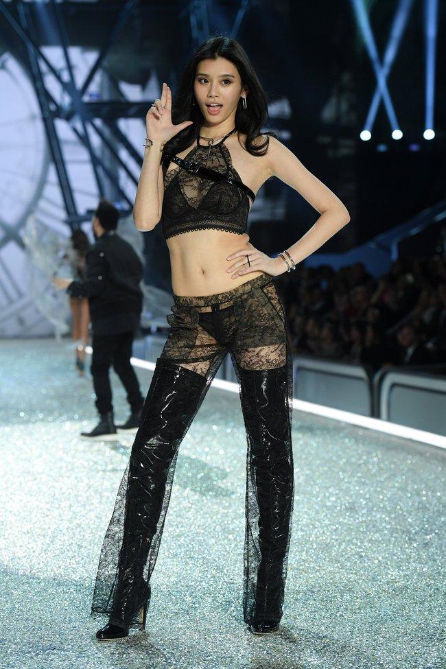 Chiêm ngưỡng loạt hình ảnh nóng bỏng tay trong Victorias Secret Fashion Show 2016! - Ảnh 28.