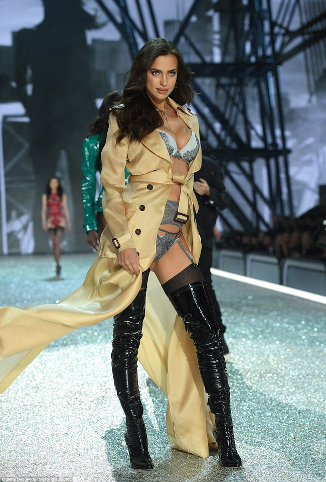 Chiêm ngưỡng loạt hình ảnh nóng bỏng tay trong Victorias Secret Fashion Show 2016! - Ảnh 26.