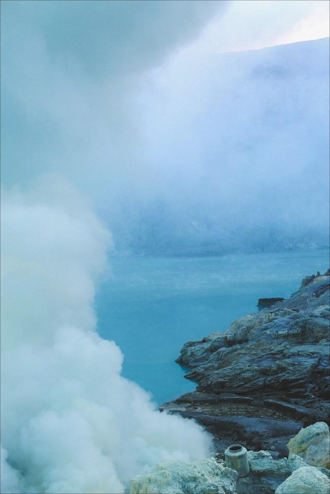 Ở ngay gần Việt Nam thôi, bạn có thể trải nghiệm cảm giác săn mây trên đỉnh núi lửa! - Ảnh 4.